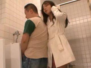 Bitchy aziatike adoleshent gives marrjenëgojë në publike