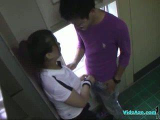 Asiatiskapojke flicka i träning klänning sugande kuk licked och fingered körd från bakom i den toilette