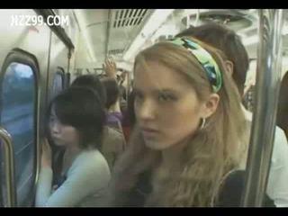 Two anthomaniac tytöt sisään juna gives geek runkkaus