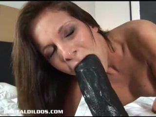 Krāšņa brunete lauryn filling viņai vāvere un pakaļu ar masīvs dildos