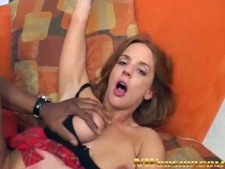 Roodharige meisje takes een groot zwart lul in de bips interraciaal porno