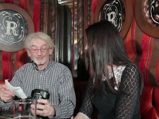 I ri vajzë tempting gjyshi me i ri pidh seks