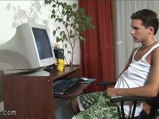 B-y observando gay vídeo y stroking apagado
