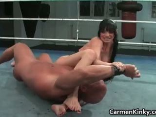 Kails cīņa ar krūtainas brunete skaistule