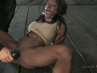Dark-skinned zoccola gets tied su e penetrated come mai prima