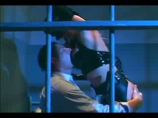 Rondborstig female agent in uniform en latex handschoenen deepthroating en neuken