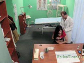 Bent over bureau patiënt gets geneukt