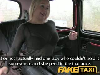 Faketaxi skoti blondīne ar a liels pakaļa
