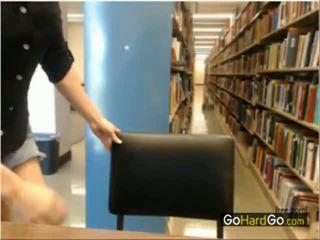 Stripping uz publisks bibliotēka slēpts kamera