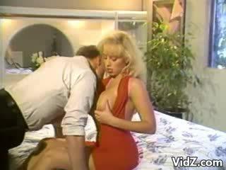 Blondie teef slams neuken dildo omhoog hunk's bips
