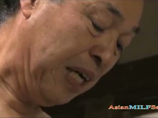 セクシー アジアの 熟女 enjoys being shagged 長い と ハード