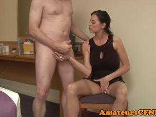 Elegantas apģērbta sievete kails vīrietis femdom raušana dzimumloceklis uz zeķe: bezmaksas porno 0b