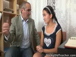 Tricky เก่า perv คุณครู persuades เอเชีย cutie ไปยัง ดูด ของเขา ควย