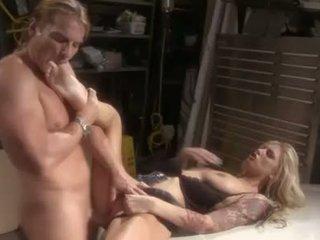 Brooke biggs feels একটি mechanics manpole গভীর মধ্যে তার eager fuckhole