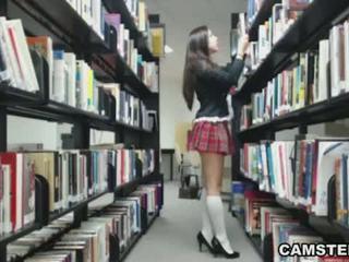 Écolière en uniforme wants à bust votre nut en la bibliothèque