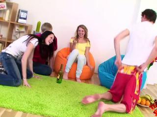Adolescente swingers sharing con su partners.