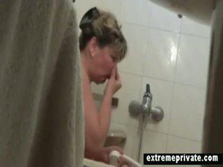 Mans lielas skaistas sievietes māte spied uz mūsu vannas istaba
