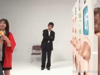 Tempting 亞洲人 青少年 得到 胸部 licked 在 一 性別 競賽