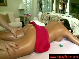 Brunett gets henne tuttarna massaged