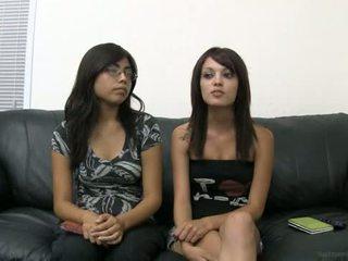 Ashley taylor ronquillo päällä the valu sohvalla