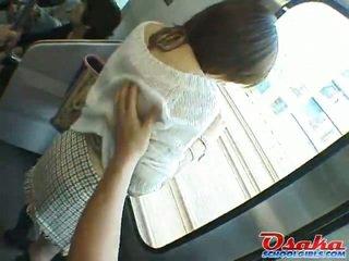 The slikts japānieši teenager ir stalked onto a vilciens, molested un gumija rotaļlieta got laid