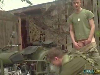 مثلي الجنس عسكري اللعنة في motorbike
