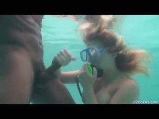 Starprašu pāris jāšanās zem ūdens