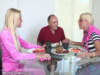 בלונדינית בייב gets כוס eaten על ידי boyfriend