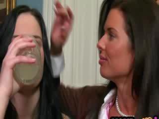 Hooters milf gets boneca casal hooters para sexo