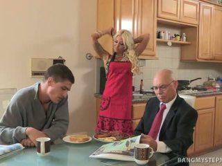 غش حار الخطوة أمي bangs bruce إلى breakfast