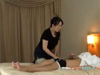 Maduros mulher massaging guy giving punhetas getting dela tetas rubbed em o cama
