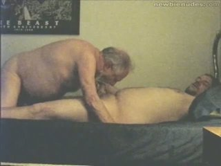 Abuelo has diversión con grandson