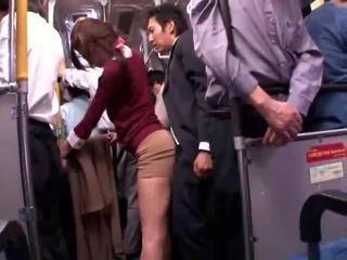 Fiatal collegegirl reluctant nyilvános busz orgazmus
