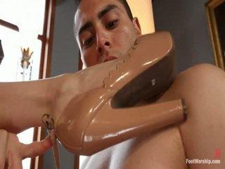 fétichisme des pieds, petits seins, adoration des pieds