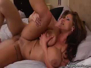 bruneta, velká prsa, výstřik