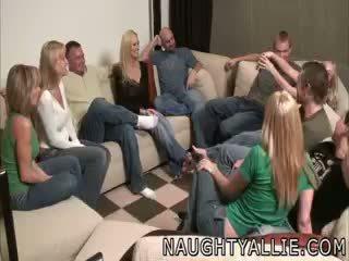 पार्टी गेम leads को एक विशाल ऑर्जी स्विंगर पत्नियों