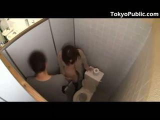 Forró japán fucks guys -ban a nyilvános restroom