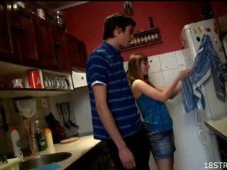 Irresistible έφηβος/η gets πατήσαμε σε ο κουζίνα