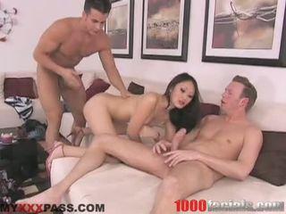 Sexy asiatisk doxy evelyn lin taking en lively shlong i henne munn som en slikkepinn