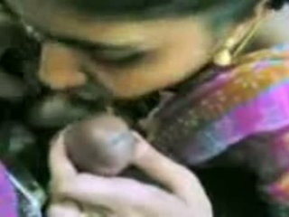 Mallu meitene nepieredzējošas dzimumloceklis uz birojs