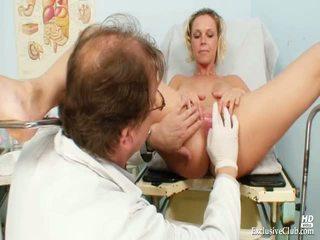 Blondine gabriela gyno speculum onderzoek bij kinky clinic