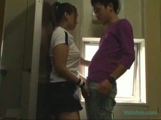 Asiatisk jente i trening kjole suging kuk licked og fingered knullet fra bak i den toilette