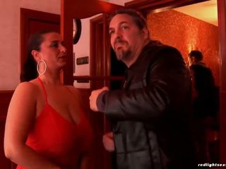Krūtainas brunete paklīdusi sieviete pleases viņai klients