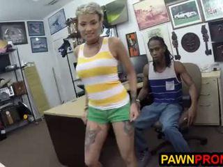 Desperate boyfriend pimps vriendin naar de pawnbroker