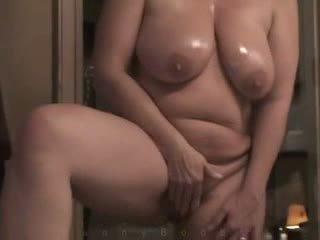 Milf avec lourd hangers masturbates