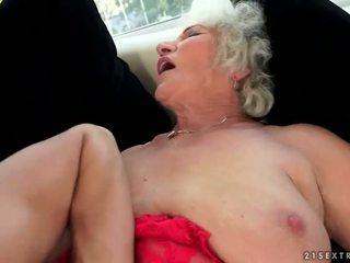 Išdykęs krūtinga močiutė enjoys karštas seksas