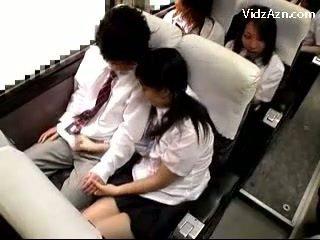 เด็กนักเรียนหญิง ผู้ชายเลว ปิด guys ควย บน the schools รถบัส การเดินทาง